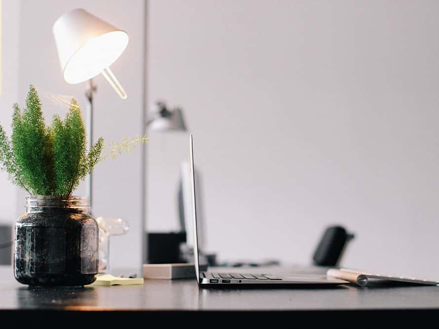 Lámpara en escritorio