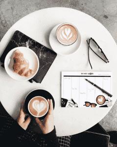 Estudiando con un café y un pilot