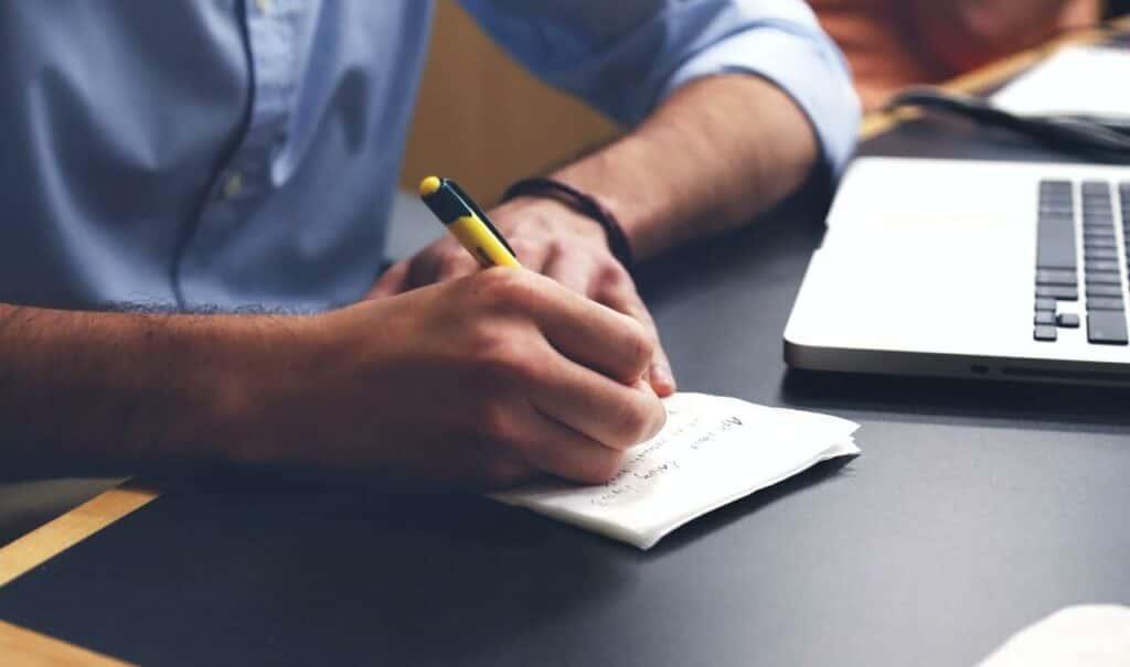 ¿Es posible opositar y trabajar? ¡Sí! Solo tienes que tener en cuenta todos los factores y saber cómo hacerlo. Te lo explicamos en detalle.